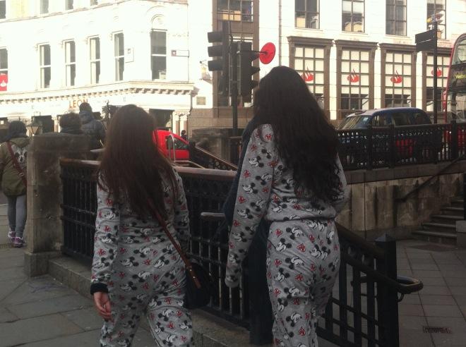 Ir trabalhar fantasiado ou de pijamas, usar anteninhas ou rabos... a gente vê por aqui e ninguém fica reparando a não ser que seja turista :]